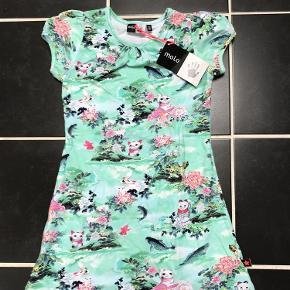 Varetype: Ny kjole Størrelse: 110-116 Farve: Se billede  Ny med mærke  Bytter ikke  Mp 240pp over MobilePay og ellers ts gebyr  Sender med dao