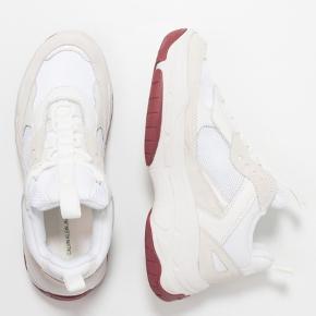 Sælger mine Calvin Klein sneakers i modellen Maya. De sælges da jeg ikke får dem brugt ret meget. De har nogle tegn på brug. Skriv gerne for billeder af mine🌸