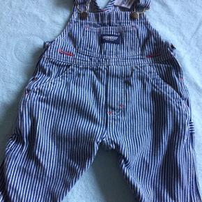 De skønneste overalls til babyen. str 6 - 9 md. nyprisen var 500 kr og de er aldrig blevet brugt.