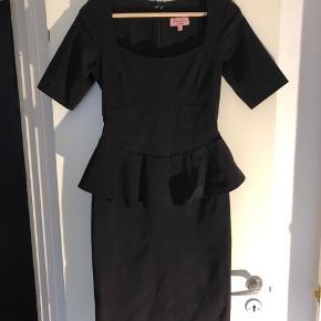 Kun brugt 2-3 gange. Den er blevet for lille. Flot retro kjole i god kvalitet. Original købs pris 1200kr