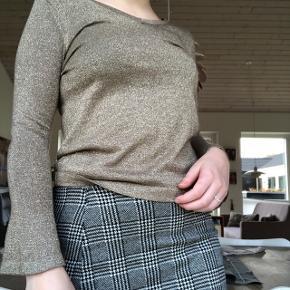 SÆLGES FOR 150 KRONER SAMLET   1) Guldtrøje fra Cream str x small. Passer en xs-small. Sælges alene for 90 kroner eksl fragt.   2) nederdelen sælges for 80 kroner eksl. Str small, mærke addax🍁💅🏻