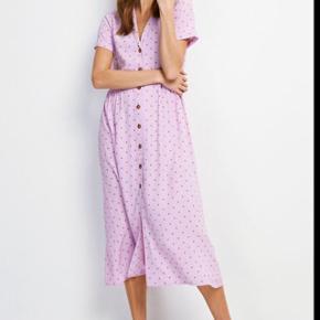 Kjolen er brugt få gange og fremstår uden brugsspor.