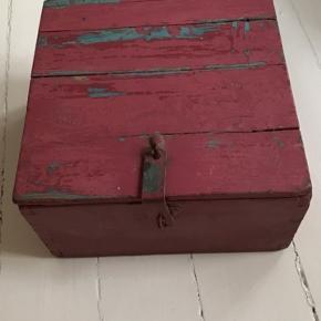 God retro opbevarings boks med metal beslag så der kan sættes lås på. Mål: 33x18x33cm