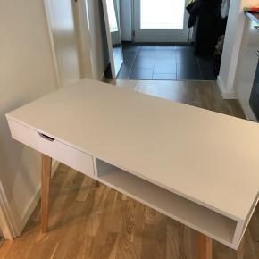 Sælger mit fine skrivebord fra Jysk. Har haft det i et år. Har enkelte mærker. Bytter ikke :)