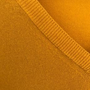Smuk, enkel bluse i uld. Dejlig blød. Farver svarer til tredje billede.