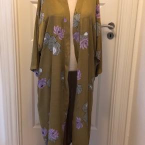 Super flot lang kimono fra Rabens Saloner. Størrelsen er en S-M, men den er stor i størrelsen, så passer alt fra str. 40-46. Farven er lys olivengrøn/gylden med blomster. Super lækker kvalitet med åben front og to sidelommer.  Byd :-)