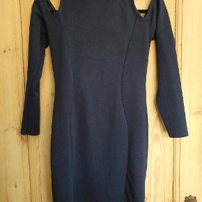 Fræk, kort kjole med bare skuldre og lækker udskæring på ryggen i navy blå.