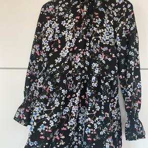 Blomstret kjole i en str XS fitter S-XS:)