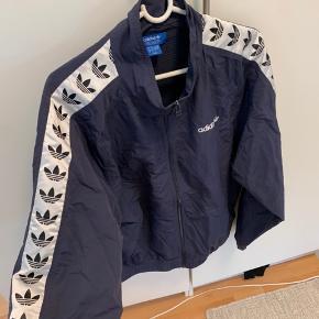 Sælger denne lækre tracktop fra Adidas  Str L   ( tjek min profil for mere vintage tøj)