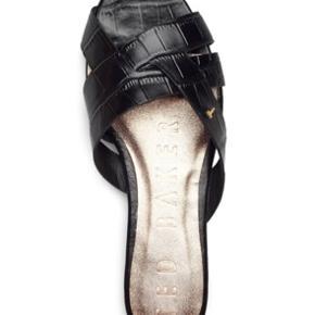 Flade lædersandaler i kroko look. Har firkantet tå. Normal i størrelsen,
