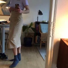 Flot nederdel med bælte. Kun brugt en enkelt gang - er blevet lidt krøllet af at ligge i skabet:)