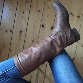 Brune læder støvler i str. 37,5, men de passer også str.38.  Italian designer boots Alberto Fermani, vero cuoio  Brugt få gange, almene brugstegn PRIS: KOM MED ET BUD  Vi kan mødes og handle i Kbh eller jeg kan sende med DAO