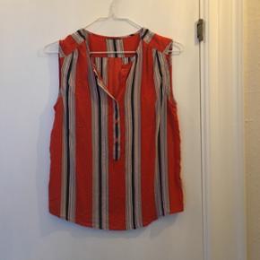 Top / skjorte i silke fra Edith & Ella. - Brugt en enkelt gang.  Nypris: 400 kr.