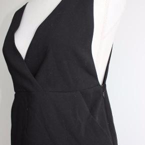 Kjolen er i god stand, men jeg har klippet i stropperne, så den passede bedre, samt at brystet blev dækket mere (se billede) - Det er ikke noget, som man lægger mærke til, når man bærer kjolen.  Kjole med lommer og lynlås i siden - god med en trøje indenunder.    Materiale: 62% Polyester 32% Viskose 6% Elastan  Kan hentes i Brabrand (Gellerup) eller sendes på købers regning - også mulighed for at mødes i Århus C.  Skriv endelig, hvis du har spørgsmål til produktet :-)