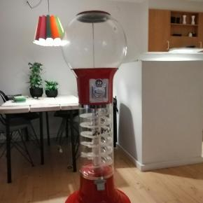 Retro 2'kr  tyggegummi automat (stor) Låsen skal laves. Jeg ville have lavet lys i den men tiden  er der ikke. Mindstepris 450 eller kom med et bud. (skambud frabedes)