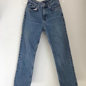 Super fede Weekday jeans. Modellen hedder Voyage. Størrelse: W25 L29. Fitter en størrelse small. Bukserne kan sendes via DAO eller hentes på Frederiksberg.