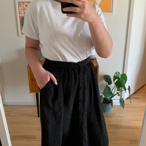 Sort nederdel fra H&M. Fejler ingenting. God til en tur på stranden.