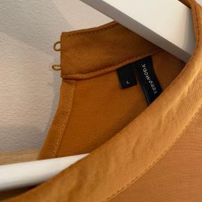 Sød kjole i lag med flæsekant og lange ærmer.  Køber betaler fragt eller kan hentes i Næstved.
