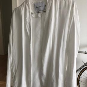 Kan være brugt som top eller som cardigan  Farve hvid Størrelse S Behagligt tykt materiale It is to big for me
