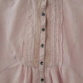 Fin støvet rosa skjorte med 3/4 ærmer.