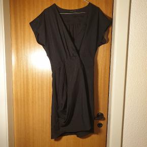 Smuk kjole, der lukkes med en knap foran (se evt. billede) str. M, fra Vero Moda