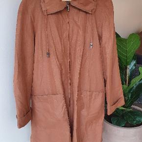 Virkelig fin rustfarvet overgangsjakke. Str. 38. 88% polyester, 12% nylon. Farven på billede 1 er mest retvisende.