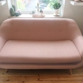Sælger min lyserøde sofa grundet pladsmangel. En flot 2 personers sofa i en moderne farve.  Mål:  Længde: 1,65. Dybde: 83.  Den står som ny ingen fejl.  Skal afhentes i Ringsted.