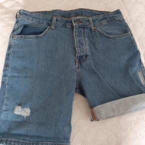"""Helt nye cowboy jeans m lidt """" slid effekter"""". De har en rigtig flot let """"forvasket"""" jeans blå farve, og har en super pasform. Det er en str 27 - synes den er lidt stor i størrelsen, derfor er de ikke brugt. Sender gerne med DAO el GLS på købers regning."""