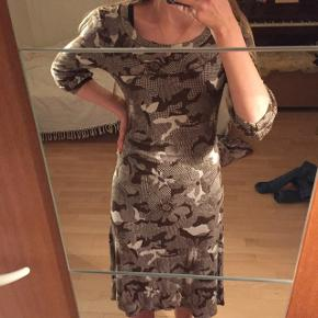 Dejlig kjole fra Molw frock.  Brugt få gange, sælges da den ikke bliver brugt. Voksen størrelse så svært at se hvordan den sidder da jeg er 14. Skriv for biller på en voksen.