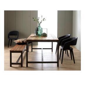 Meget smukt rustikt plankebord med massiv træplade og mørkt metal stel. smukt spisebord med en massiv træbordplade og metal stel. sælges kun pga plads mangel. Bordet forhandles stadig til fuld pris 6000kr.   Bud modtages gerne   mvh   billeder af eget bord fremsendes gerne, men bordet er helt lige billederne.  Mål: 180x90x75 cm   —-  Spisebord med charme og historie  Vintage er rustikt, groft og unikt. Her får du et bord med både charme og liv. Den enestående bordplade i elm giver bordet sit unikke udtryk, mens stellet i metal skaber en kant til det grove træ. Med Vintage-spisebordet får du både et lækkert, unikt udseende i din stue, og du får et naturligt samlingspunkt for familie og venner.