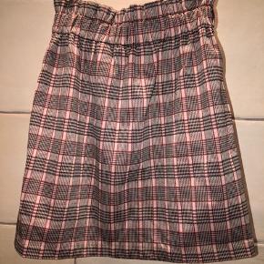 Fin nederdel fra hm. Lille i størrelsen.