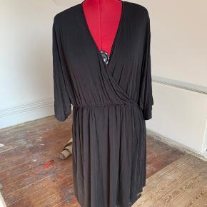 Helt ny kjole fra MLCL. Desværre lidt for stor til mig.   Kjolen kan vendes så V-udskæring er bag på.   Elastik i talje og slåom effekt på øverste del af kjolen.   Ærmer brede og albuelange (på mig).   L = str 50-52 hos MLCL Farve: Sort Oprindelig købspris: 999 kr.