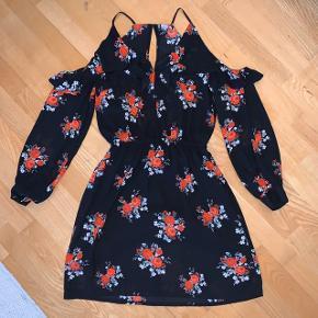 Fin off shoulder kjole med blomster print.  Kun brugt en enkelt gang