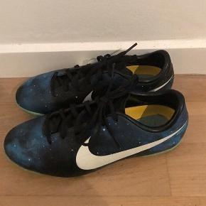 Nike CR7 fodboldsko til grus eller kunstgræs.