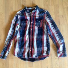 Super fed og meget velholdt skjorte str 16 år, kun brugt få gange til fest, så fed med et par mørke jeans til, god kvalitet nypris 400kr