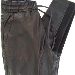 Lækre bløde skind bukser. Talje 2X.41/45 CM Længde. 104 CM  Sender med DAO  SE OGSÅ MINE 450 ANDRE ANNONCER 😍🤗  Super lækre skind bukser Farve: Sort