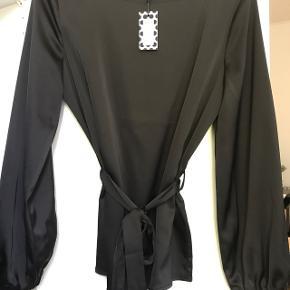 Sælger denne bluse fra Pieces. Har aldrig været brugt og stadig med prismærke. Ny pris var 249 kr. Byd.