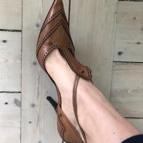 Sand stilletter. God stand og hælen intakt.  Kan afhentes i Odense C eller sendes med DAO mod købers betaling  Hæl ca. 8cm