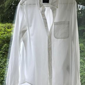 Str. L  Fin bomuldsskjorte i meget lækker kvalitet. Klassisk.