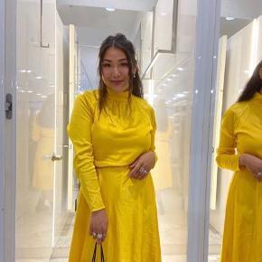 Satin Flex Dromma kjole  Sælger min fine gule sommer kjole fra Mads Nørgaard!   Størrelsen er en S, men er lidt stor i str   OBS: husk at kigge på billederne  BYD GERNE