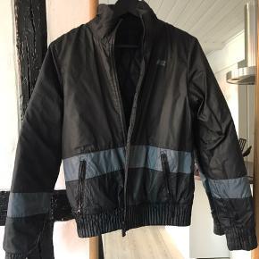 'Termo' jakke fra Nike. Kan vendes på vrangen for at skabe nyt udseende.