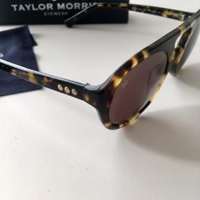 Taylor Morris Solbriller, model Rj Mitchell Brown. Sælges med original  itui mv. Ingen ridser eller brugsspor. Nypris omkring 1650,-