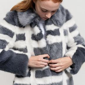 Smuk Shrimps frakke uden synlig brug og smuk pels, ikke brugt meget. Mindstepris 2.000,- men seriøse bud er velkomne :)