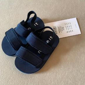 Helt nye små sandaler  Med mærke Str 19-21 / 12 mdr