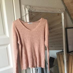 Sælger denne bløde sweater som også fungerer fantastisk med en rullekrave underStr S - m Køber betaler fragt 😜🌻
