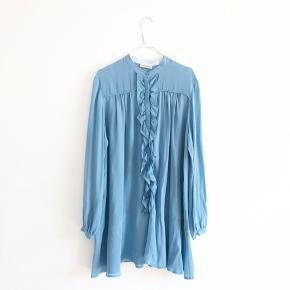 Kjole fra Custommade. Er i butikkerne nu til 2000.     Mindsteprisen er 850pp. Bud herunder vil blive ignoreret.