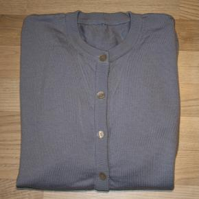 Blå strikcardigan - næsten ikke brugt. Mærke: Woolmark