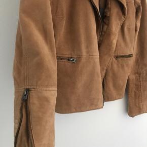 Ægte skind jakke i camel farve fra Pepe Jeans.  Aldrig brugt - stadigvæk mærke i.