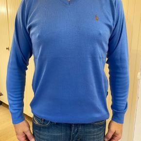 Flot pullover fra polo RL.  Brugt enkelte gange, er som ny, stort set, på nær: lille hul på ryggen, som blev repareret. Se billede 7.  Byttes ikke.