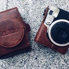 Jeg sælger mit kamera, som jeg ellers har været meget glad for, blot fordi jeg ønsker at afprøve en ny model. Kameraet er 1-2 år gammelt men er ikke blevet taget i brug særlig ofte og er derfor i perfekt stand.  Brun læder taske medfølger. Der er en lille klat lim i hjørnet af tasken, som var der ved køb. Jeg sender gerne billede.